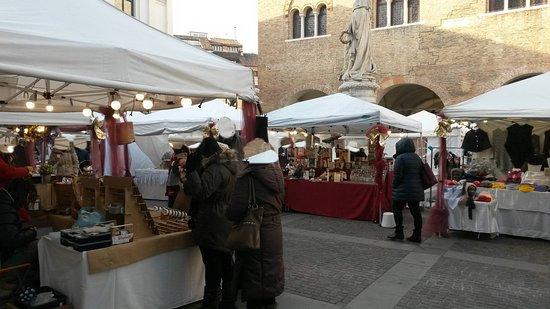 Foto de piazza indipendenza treviso i mercatini di for Mercatini treviso