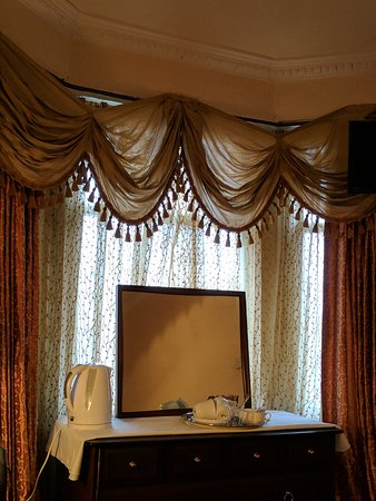 Regent House Hotel: The rooms decor, as aged as the hotel itself and yet still charming.