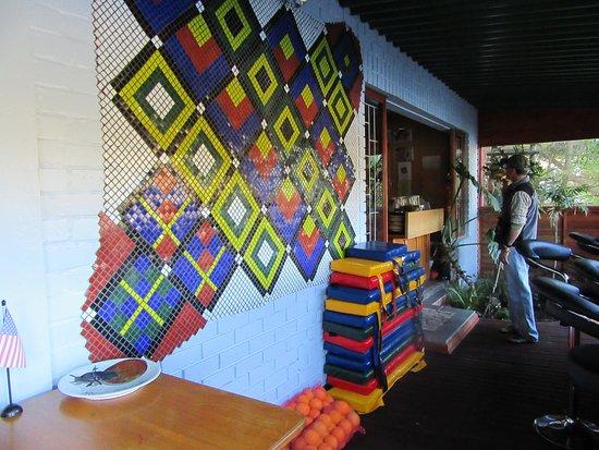 ดังบีเทิ้ลริเวอร์ลอดจ์: Colorful bar area. Drinks available for purchase