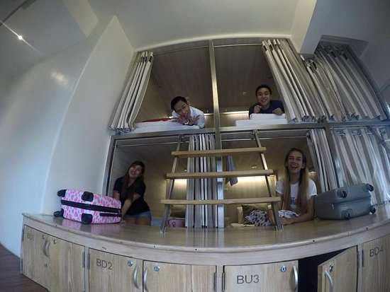 Boxpackers Hostel: Beauty Queens in a Box