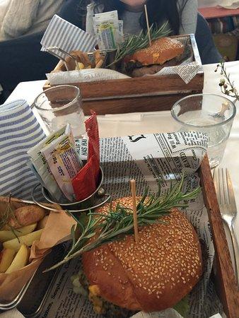 Hamburger e patate Ottimo bello buono a prezzo onesto Ristorante ...