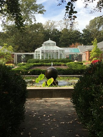 Dixon Gallery & Gardens : Manicured paths, lots of garden seating and fountains