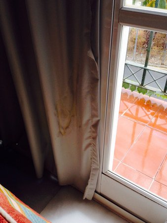 Muthu Grangefield Oasis Club : Urine stained curtains in the bedroom