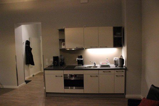Keuken En Badkamer : Keuken en gangetje naar voordeur en badkamer bild von