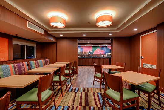 Fairfield Inn New Haven Wallingford : Breakfast Room with plenty of seating also has plenty of outlets and free WIFI