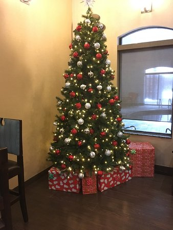 Comfort Suites Buffalo: Pretty festive  entry and sitting area!