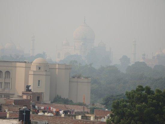 Hotel Mumtaz Inn : The view of the Taj Mahal from the terrace