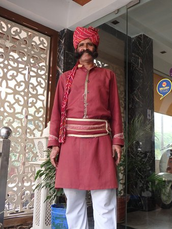 Hotel Mumtaz Inn : The traditional doorman who meets and greets people