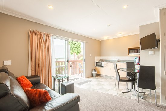 Manuka Crescent Motel: two bedroom apartment kitchen & dining area