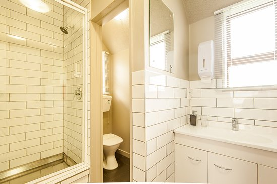 Manuka Crescent Motel: classic studio bathroom