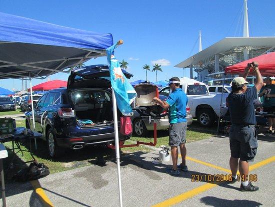 Miami Gardens, FL: Público que assiste do lado de fora fazendo o churrasco