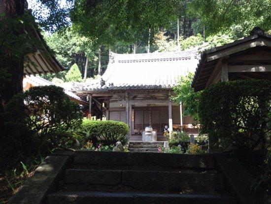 Otowasan Kannonji Temple: 参道の最終部分から本堂を望む