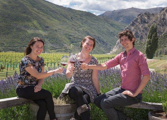 Квинстаун, Новая Зеландия: Enjoying a tasting and making new friends
