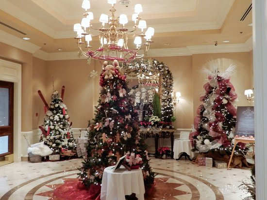 Sutton Place Hotel Vancouver: Great entrance view of Christmas trees in foyer