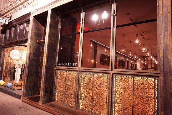 Abigail Street: 신시내티 오버더라인에 있는 Mediterranean Wine Bar 에요. 이 식당은 간판이 없어요. 창에 작게 써있는  Abigail St. 가 전부에요.