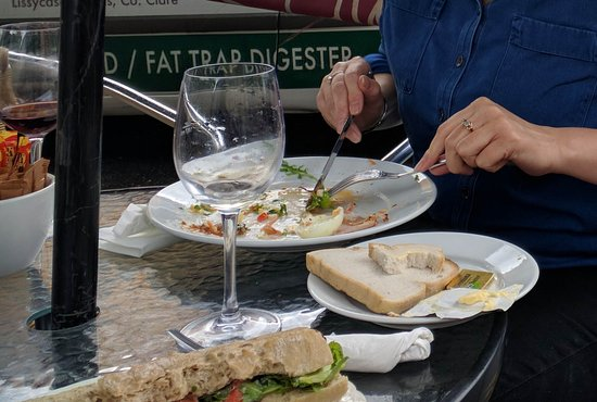 Ennis, Irland: I paused mid-way through my sandwich, and my friend had finished! Good food!