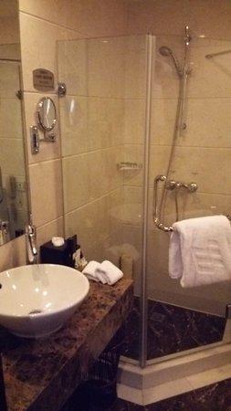 โรงแรมเดอะบันด์: 浴槽とは別にシャワーブースがある(エグゼクティブフロア)。