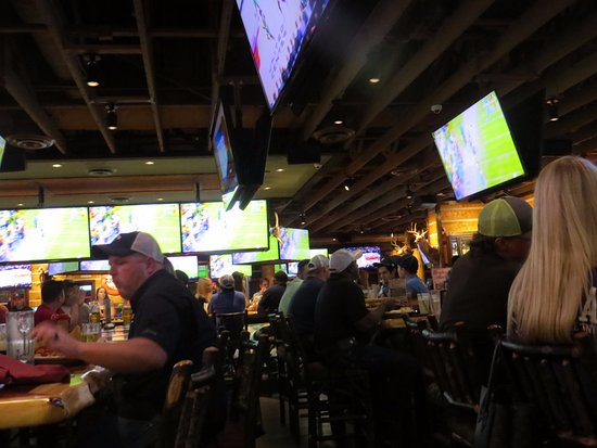 Twin Peaks Beaumont: Pretty Crowded, Lots of Screens