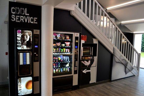 Le Passage, France: Coin self service - Machine a café - micro onde - distributeur froid