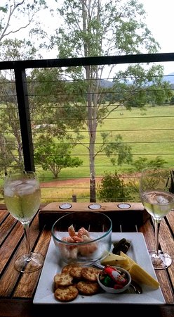 Yabbaloumba Retreat: Lovely plate of local cheese, great bottle of wine (we brought our own Hervey Bay prawns) Balcon