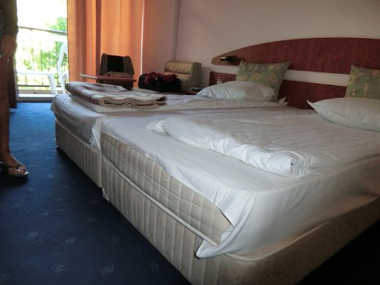 Luna Hotel: LE DRAP NE FAIT PAS LE TOUR DU MATELAS