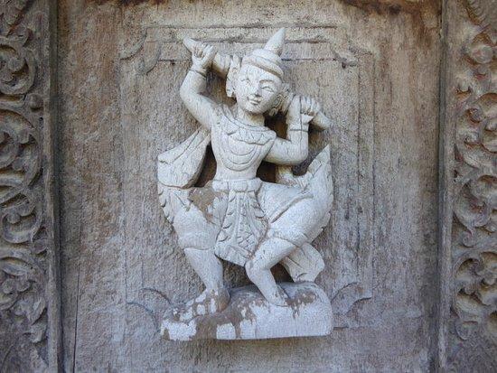 Parete Doro : Scultura su parete esterna del monastero foto di monastero del
