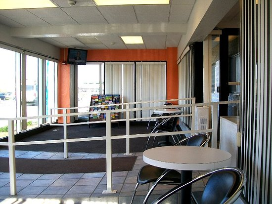Villa Park, IL: inviting wait area, just outside plain-and-simple front desk