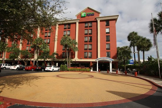 Miami Springs, FL: Holiday Inn Express Miami Airport Entrance to Free Parking Lot