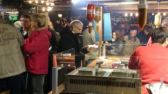 Lübecker Weihnachtsmarkt: Oppe og bestille pølser. I venstre side serveres drikkevarer.