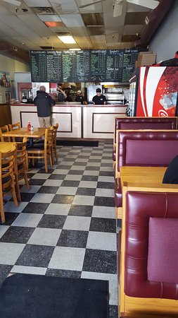 Manny's Downtown Pizza: Great diner decor!