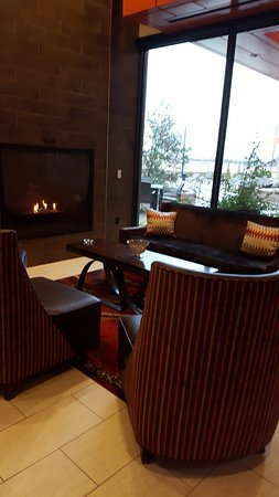 Ponca City, OK: Fireplace seating near hotel bar.