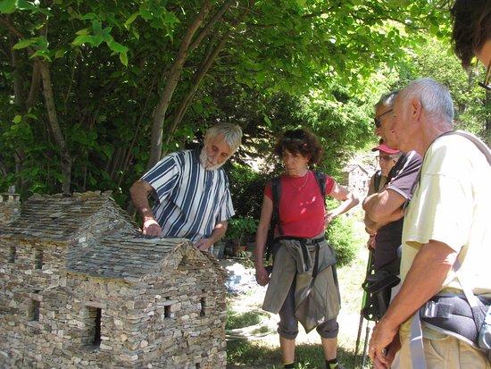 Dompnac, France: Pierre, nous donnant certaines explications