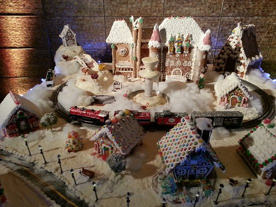 Four Seasons Hotel St. Louis: Holiday Gingerbread city in the reception area was beautiful!