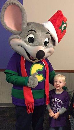 Chuck E Cheese Christmas.Chuck E Cheese And The Birthday Boy Picture Of Chuck E