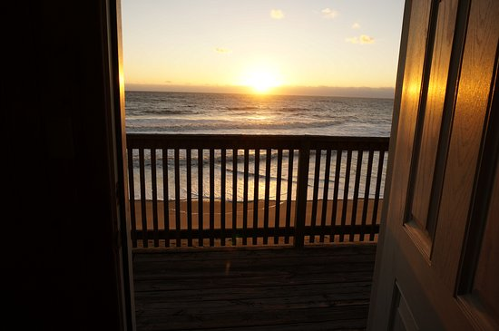 Cape Hatteras Motel: Standing inside the room, this is the view...... heaven on earth for me :)