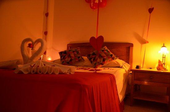 Habitaciones decoradas para noches romanticas fotografa de Hotel