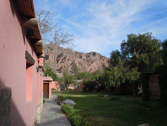 Posada Con Los Angeles: Este es el jardín al que dan las habitaciones,