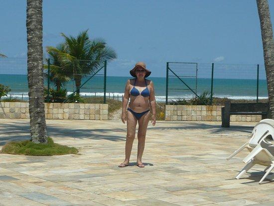 Hotel La Dolce Vita : Na área da piscina e o portão aberto para o mar.