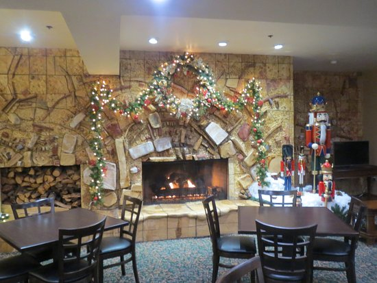 Tahoe Seasons Resort: Bar area. Fire is a fake. Yes even though there are lots of trees for logs about