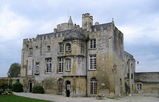 Creully, France : joli chateau fort