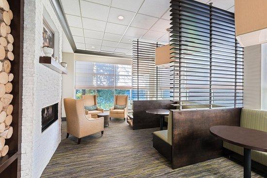 Hilton Garden Inn Westbury: Hotel Lobby