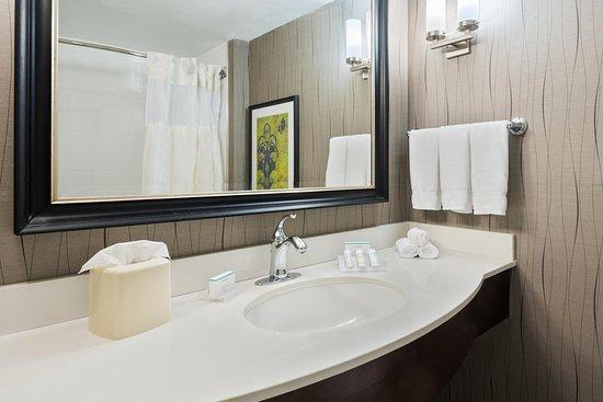 Hilton Garden Inn Westbury: Standard Bath