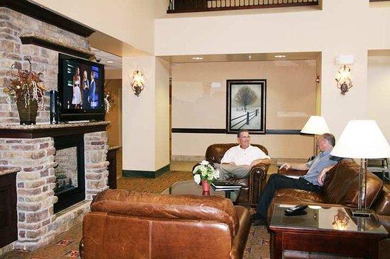 Hampton Inn & Suites Rogers: Lobby