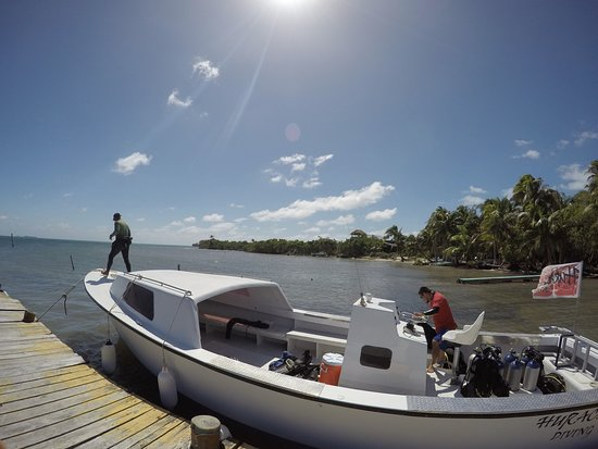 Long Caye, Belice: Docking for our deco stop and a quick shower at Huracan