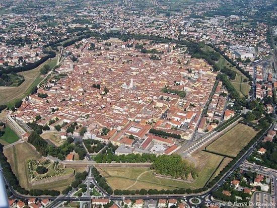 Province of Lucca, Italia: vista aerea de Lucca