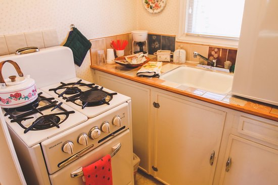 Sisters, Oregón: Unit #5 - Granny's Cozy Cottage: This stand-alone cottage includes a deluxe Queen bed & Kitchene