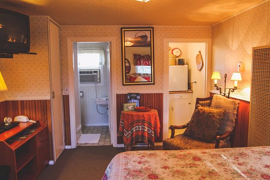 Sisters, OR: Unit #5 - Granny's Cozy Cottage: This private cottage includes a deluxe Queen bed and Kitchenett