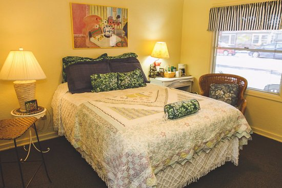 Sisters, OR: Unit #4 - Room With A View: This comfortable and cheery Unit includes a deluxe Queen bed & full