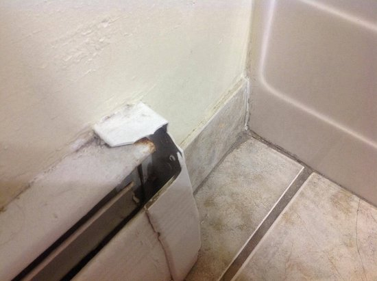 Midtown Motel & Suites: The heating and corner of the bathroom - not clean
