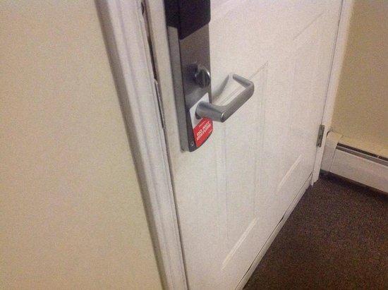 Midtown Motel & Suites: Filthy doors - inside the front door